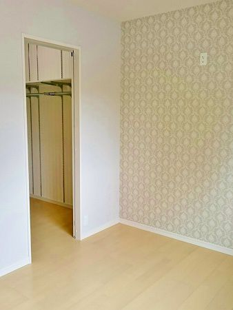 寝室は全体的に薄いグレーでまとめ、アクセントクロスが大人っぽさを演出してくれています。