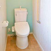 2階トイレはさりげなく木目柄で囲まれ、ナチュラルカントリーな雰囲気が素敵な空間です。