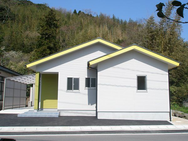 白地の外壁に、黄色いラインと玄関のライムグリーンのお色が、とても明るくポップなイメージに仕上がりました。