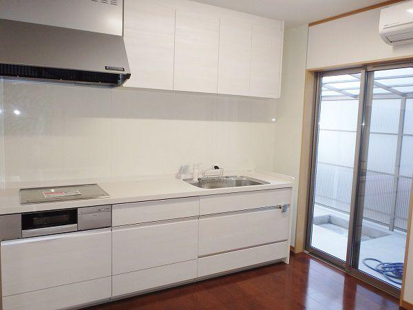 たくさんの調理がしやすいように、調理室は壁に備え付けて、部屋を広く取りました。右側の大きなサッシから、光が差し込み、ご近所からのお野菜など、うれしい宅配もやってきそうです。