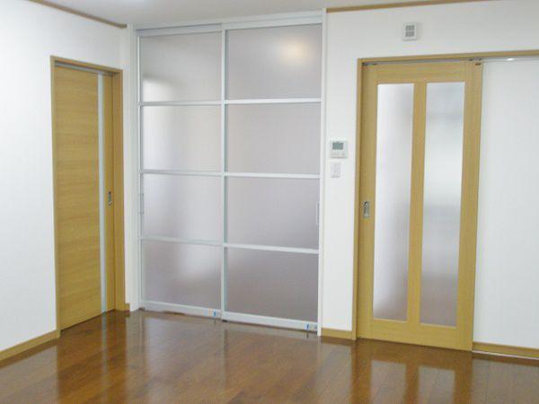 廊下と食堂の区切りは、明るいスクリーン扉を使用しています。扉の向こうでも、お互いの存在を感じることができます。
