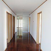 玄関から食堂に繋がる長く広い廊下は幅1,87Mとあり、両脇の部屋から、明るい笑顔が顔を出します。