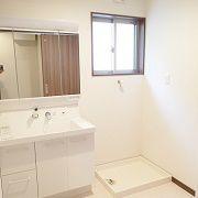 白基調のクロスと洗面台が、明るく清潔感のある空間に仕上げてくれました。