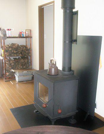 玄関から続く引き戸を開けて迎えてくれるのは、リビングの中心にどっしり配置された暖かい薪ストーブ。冷えた体もほっこりと温めてくれます。