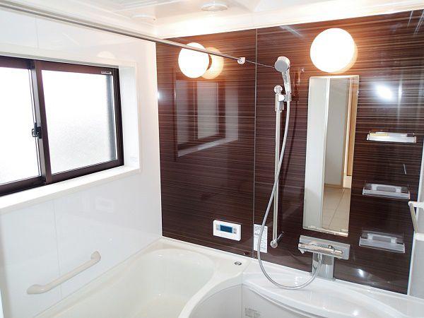 木目調のパネルでお洒落な色合いが、一日の疲れを優しく癒してくれる空間です。元気のいいお子様も一度に入ることのできる広々とした浴槽です。