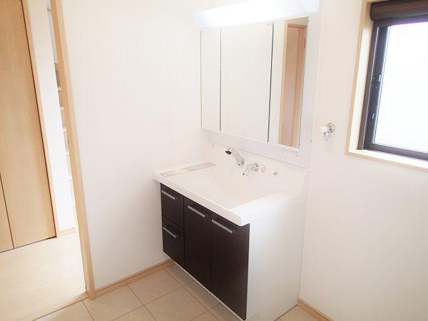 キッチンの裏手に洗面室を設置し家事導線のよい間取りです。