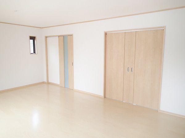 階段からリビングの冷気暖気が逃げないように手前にドアを設置し、冷暖房効率をよくしたリビングです。