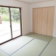 明るい光が差し込む和室です。玄関から直接入ることができるので急な来客時も安心です。