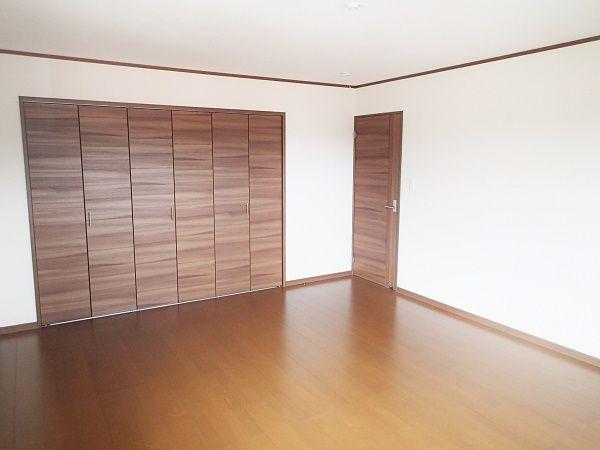 落ち着いたダークカラーのフローリングで、一日の終わりをゆったりとくつろいでいただける、広々と10畳もある寝室です。