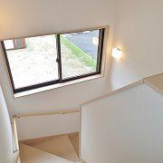 大き目な窓を設け明るく開放感のある階段です。日差しを柔らかく取り込んでくれます。