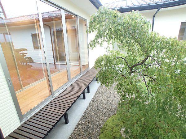 四季折々の木々が庭に配置されており、全てのお部屋からそれを見ることができます。一年を通していろいろな表情をみせてくれる中庭です。