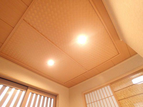 床の間天井やお茶室の多く使われ、現代和風にもマッチする素材です。伝統的なこの製法でお客様をお迎えしたいという、ご主人様のこだわりの天井です。