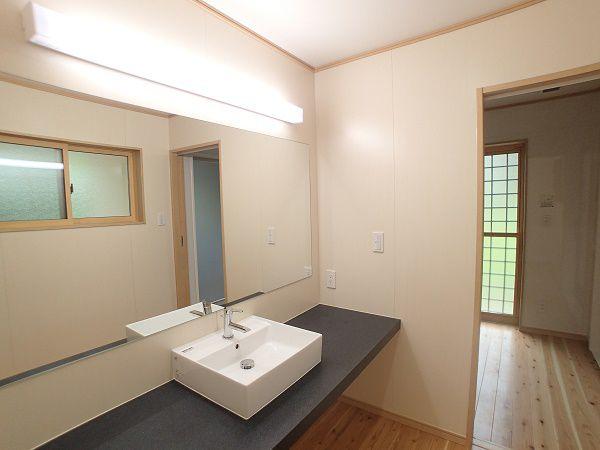 壁いっぱいに広がったカウンターと鏡が明るく、開放感があります。カウンターの上の洗面がおしゃれで、まるでホテルにでもいるような感覚になります。