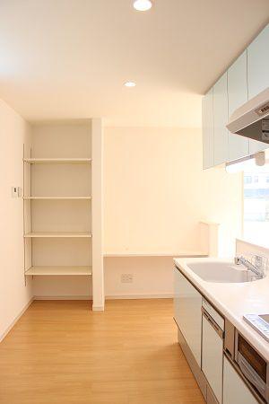 キッチン収納の横に、みんなが使えるフリーの机スペース。