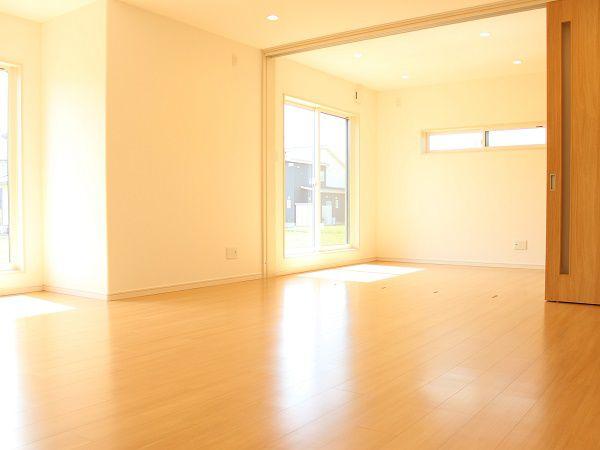 4.5帖のお部屋と大型扉で仕切る間取り。普段は開けて広々と