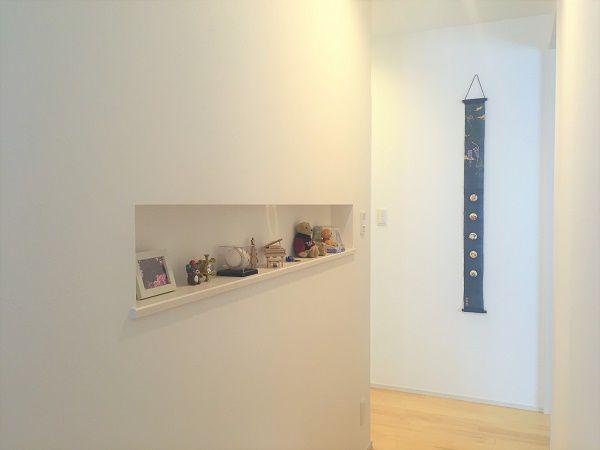 横に長く作ったニッチは、写真や小物を飾るのにぴったりのスペース