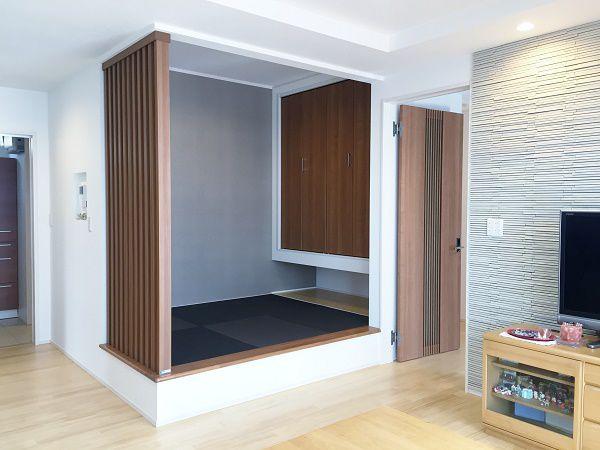 扉や壁で仕切ることなくリビングに隣接する畳コーナー。少し小上がりになっているので腰掛けることも出来ます。省スペースながらも、より空間を広く感じられるように収納を浮かした仕上げ。畳もいぐさではなく、和紙のカラー畳を使用しシックモダンな仕上がりになりました