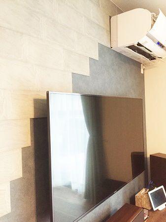 事前にCGにてインテリアイメージをしっかりと作成し計画を立てました。TVを掛ける壁面にはデザインパネルやエアコン、TVサイズに合わせて。デザインパネルがTVにかかる範囲なども検討し、斜め貼り!!個性的な仕上がりとなりました