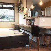 キッチンの前は和室!ダイニングテーブルを置かない代わりに、和室を小上がりに、カウンターを設置。更にそのカウンターはリビングにもせり出し鍋などを囲めるカウンターテーブルとして使えます