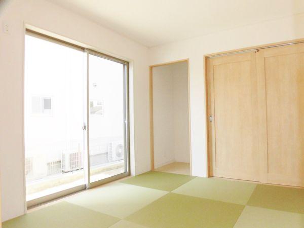 ご実家のご両親が泊りに来られても大丈夫!大きな収納にお布団をしっかりとご用意できます。来仏壇を引き取れるように、仏間も用意しました。同じ色の畳を縦横に配置し、光の加減で微妙に違う色に見えるようにしました。