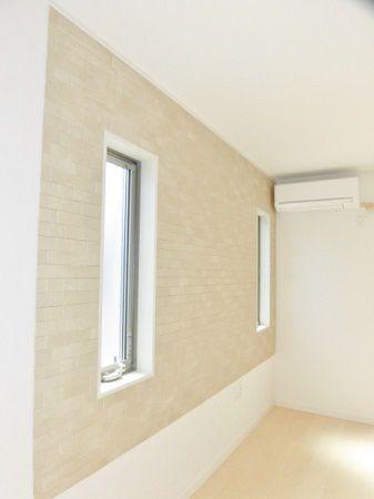 デザインパネルをリビングの壁1面に貼り付けました。調湿・消臭機能だけではなく、素敵な模様がゴージャスな雰囲気を出しています。