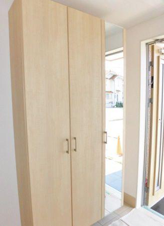 下駄箱兼用、扉付きなのでいろいろしまえます。鏡も付いて外出の前に重宝しそうです。