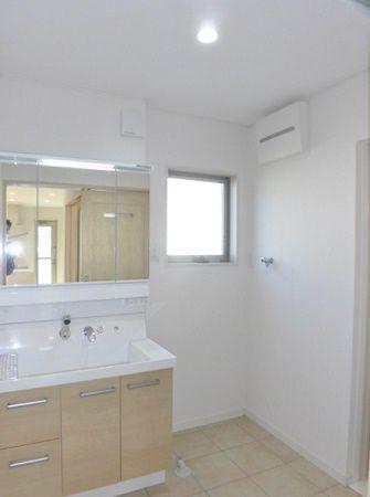 広くて、冬は床暖房で暖かい洗面室。細かいもので散らかりやすい洗面台まわりも片づけやすい収納がいっぱいついていて、使い勝手が良いです。