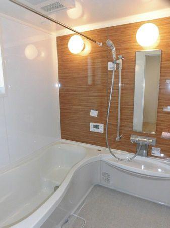 白とベージュの穏やかな色でゆったり気分のお風呂タイムが楽しめそうです。流線形のバスタブが心地よく身体になじみ、心も身体も癒されます。