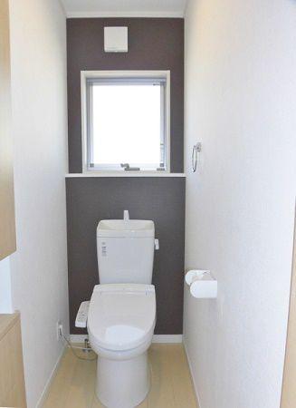 2Fのトイレは、1Fとはちょっと違って、個性的な色にしました。