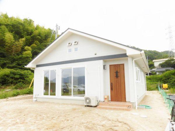 瀬戸内海国立公園の中で、法令による多くの制限があり、外観にも制限がありましたが、それをひとつひとつクリアして、やっと建てることができた、思い入れのあるお住まいです。