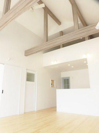 16帖の広々リビングは吹抜け天井でさらに広く感じられ、開放感のあるスペースになっています。