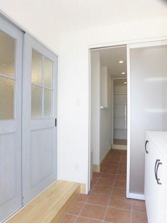 お客様が来られても玄関クロークが見えないようにパネルドアを付けました。