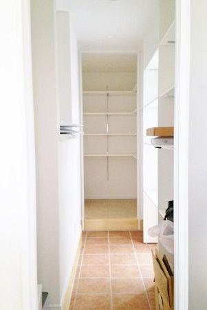 玄関からキッチンへと続く「玄関→玄関クローク→キッチンパントリー→キッチン」の動線は、お施主様のお気に入り。