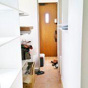 趣味のサーフィンやアウトドア用品がたっぷりしまえる玄関クローク。サーフボード用に縦長の棚も造りました。