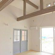 床は無垢材を多用し、全体をホワイト系でコーディネート。建具はアクセントで素材感を大切にしたFamily Line Paletteを使用しました。