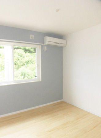 無垢の床材に、淡いブルーの壁クロスがアクセント。収納も2か所あり、居心地の良い部屋になっています。