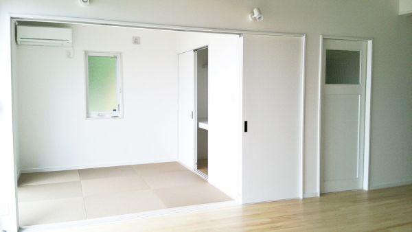 リビングから和室へは3枚の引き戸で全開放でき、開放感がUPです。個室でもリビングの続き間にも使えて便利な空間です。