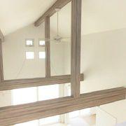 吹抜けに設置された2つの窓は、手動で開閉でき、空気の流れを調整できます。