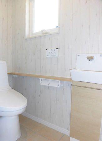 トイレの壁はナチュラルテイスト。ほっこり落ち着ける空間になっています。