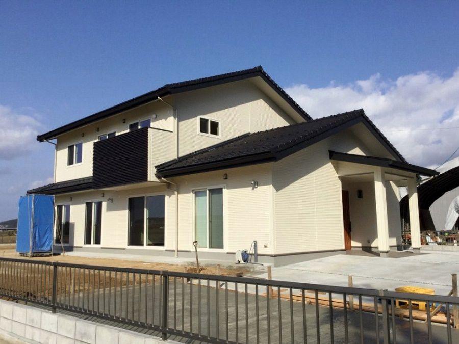 外壁は白で統一しシンプルに。瓦は石州瓦を使い、和モダンなお家に仕上がりました。