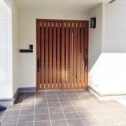 広々とした玄関ポーチ。両開きの玄関ドアは存在感があります。車いすを利用するようになっても出入りがしやすいです。