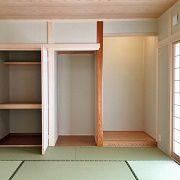 玄関からも行き来できる8畳の本格和室です。床の間、仏間、押入も作りました。