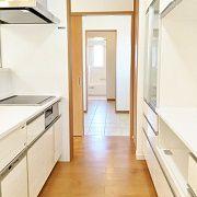 キッチンから回遊できる廊下を挟んだ先にある扉をあけてみると、ドライスペースがあります。そしてさらに向こうの扉を開けると、脱衣場&お風呂です。