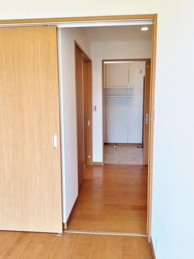 1階にあるご両親の居室は、脱衣場やトイレから一番近くに。廊下へ出て左側にあるのがトイレです。廊下へ出て右へ行くとリビングへつながっているので、行き止まりがありません。