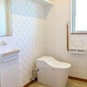 トイレは車いすでも楽々入れるくらいのスペースを作りました。