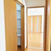 2つの居室は、部屋を出て右へ行くとリビングへアクセスできます。その途中には便利な納戸もあります。
