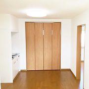 2階のホールにはミニキッチンを設置しました。奥にあるのはこれまた広い納戸です。