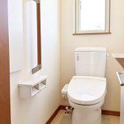 2階のトイレは正面にベージュのアクセントクロスを使い、明るくシンプルな空間にしました。