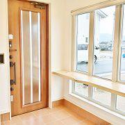 玄関を開けると、奥様こだわりの大きなデザイン窓と天然木カウンターのあるホールがお出迎えしてくれます。