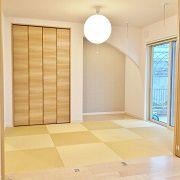和室の畳は全体の色に合わせて黄金色にしました。 床の間のR下がり壁や丸い照明で柔らかみがあり落ち着いた空間です。